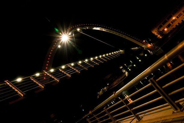 Uhkarohkeat nuoret ylittävät tämän sillan kaarta pitkin.