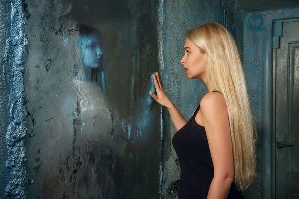Kyllä siellä peilissä on ihan vain oma kuvasi, vaikka aivosi huijaavat sinut kuvittelemaan toista.