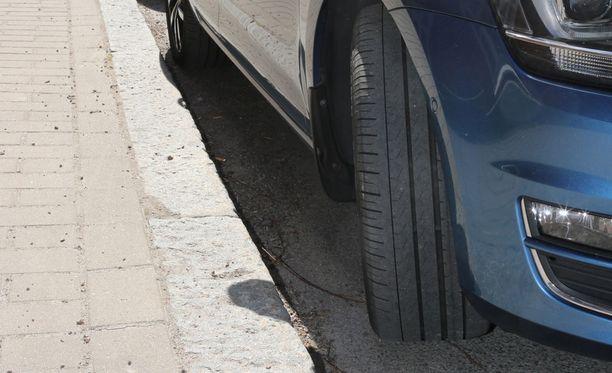 Auto kannattaa aina pysäköidä mäessä niin, että se ei ohjaudu ajoradan suuntaan.