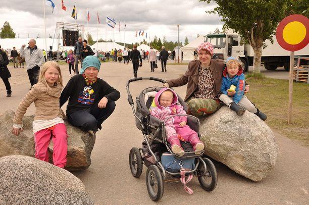 Laura Kataja ei osannut yhdistää terroristiuhkaa ja isoja kivenjärkäleitä. Mukana lapset Nella (vas.), Jami, Anna ja Eeli.