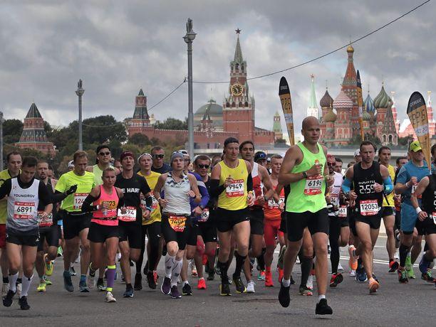 Moskovan maratonilla juostiin tiiviissä nipussa, vaikka koronapandemia jyllää Venäjällä rajusti.
