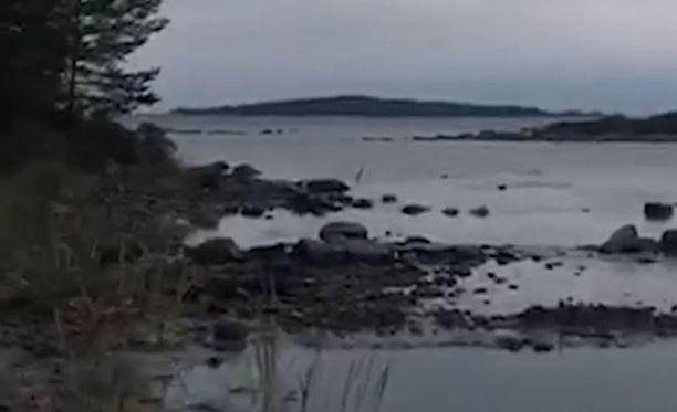 Marjaana Holmin kuvaamalta videolta näkyy, kuinka vesi vetäytyi voimakkaasti merelle päin paljastaen rantakivet.