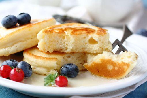 Keliaakikko valmistaa lettusensa gluteenittomista jauhoista.