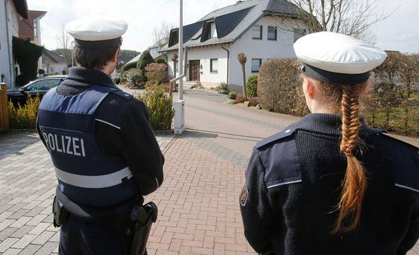 Poliisit vartioivat Lubitzin perheen kotitaloa Saksan Montabaurissa torstaina.