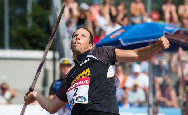 Tero Pitkämäki kiskaisi yli 86-metrin kaaren.