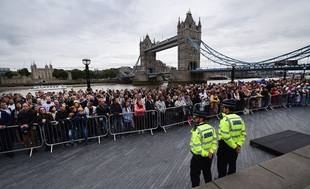Ihmiset osallistuivat London Bridgellä uhrien muistotilaisuuteen maanantaina.