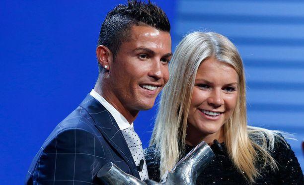 Cristiano Ronaldo ja Ada Hegerberg palkittiin Euroopan parhaina jalkapalloilijoina.