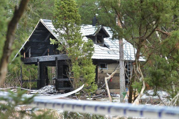 Palossa kovia kokenut talo sijaitsee Eckerön kirkonkylän eteläpuolella.
