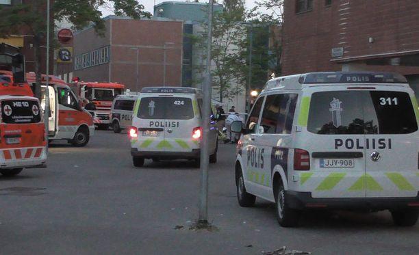 Tapaus ei jäänyt tiistai-iltana huomaamatta Tapulikaupungissa. Paikalle saapui useita ensihoidon yksiköitä sekä poliisin yksiköitä.