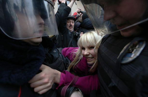 Mellakkapoliisi tukahdutti kovin ottein mielenosoituksen Moskovassa helmikuussa 2014. Tutkijoiden mukaan kansalaisoikeudet ovat Venäjällä kaventuneet vuosien 2011 ja 2012 Putinia vastustaneiden mielenosoitusten jälkeen.