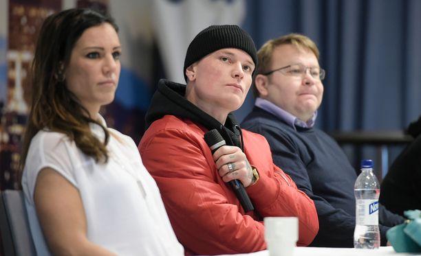 Eva Wahlström (vas.) ja Niklas Räsänen (kesk.) sanovat, että ottelijoilla on vastuu tarjota katsojille odotusten arvoista nyrkkeilyä.