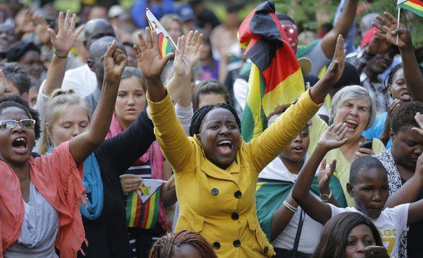 Aikaisemmin sunnuntaina ihmiset hurrasivat, kun kuulivat, että Mugabe on erotettu oman puolueensa johdosta.