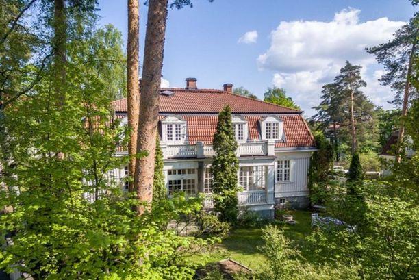 Vuonna 1919 rakennettu omakotitalo sijaitsee Pyynikin soraharjun kupeessa Tampereella. Maisemat ovat osa suojeltua luontoaluetta.