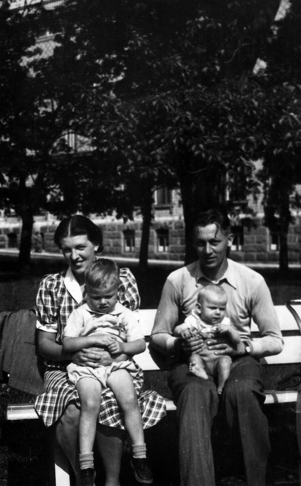 Dannyn eli Ilkka Lipsasen perhe: äiti Magda, isä Pentti ja pikkuveli Pekka.