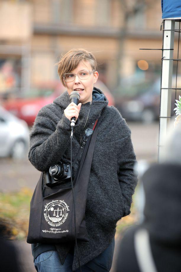 Sonja Vartiala kertoo oman sukulaisensa olevan Esperi Carella hoidossa ja asia kiukuttaa, kuten monia suomalaisia.