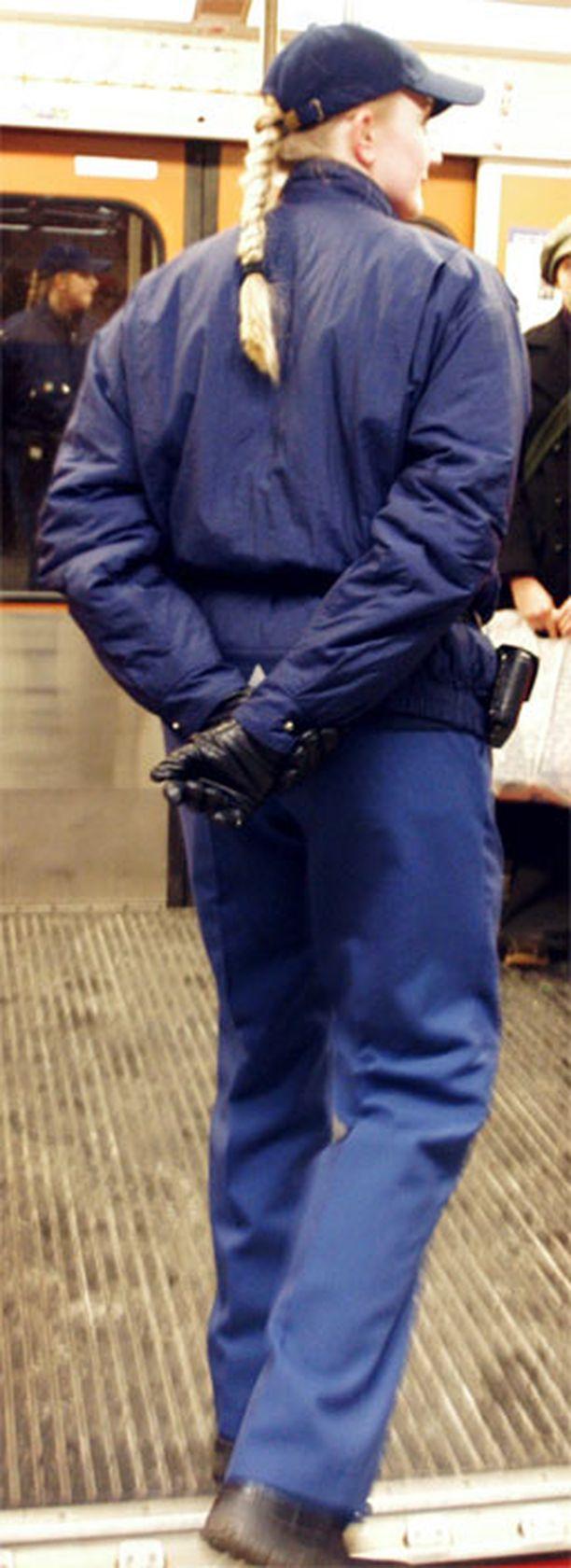 Kaksi lipuntarkastajaa joutui tiistaina Helsingissä väkivaltaisen riehujan uhriksi. Kuvan henkilöt eivät liity tapaukseen.