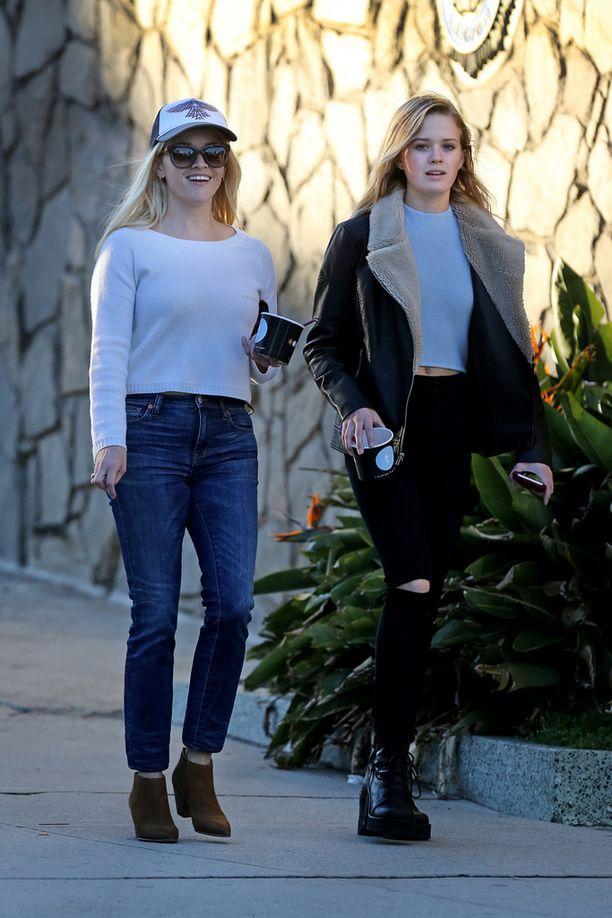 Reesen ja näyttelijä Ryan Philippen tyttärestä on varttunut äitinsä veroinen kaunotar.