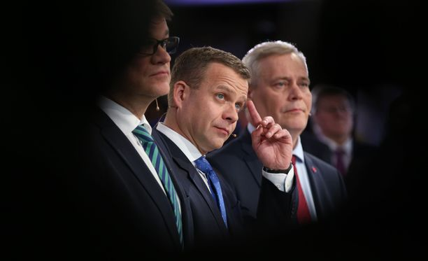 Juha Sipilän (kuvassa vasemmalla) keskusta ja Petteri Orpon (kuvassa keskellä) kokoomus ovat saaneet tehdä Antti Rinteen SDP:lle puolueiden kannatusluvuissa.