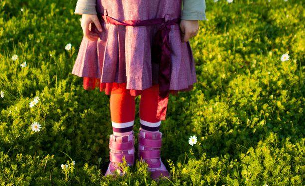 Ruotsissa ihmetellään, miksi pieni kielitaidoton tyttö aiotaan passittaa Ranskaan.