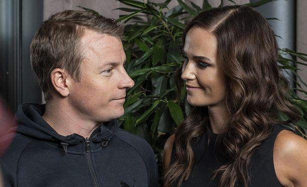 Kimi Räikkönen nähtiin tällä viikolla yhdessä Minttu-vaimonsa kanssa myös Gugguu-lastenvaatemerkin pressitilaisuudessa.