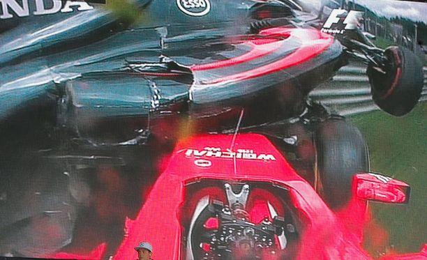 Kimi Räikkösen vinkkelistä kolari on nähty - Fernando Alonson autosta ei.