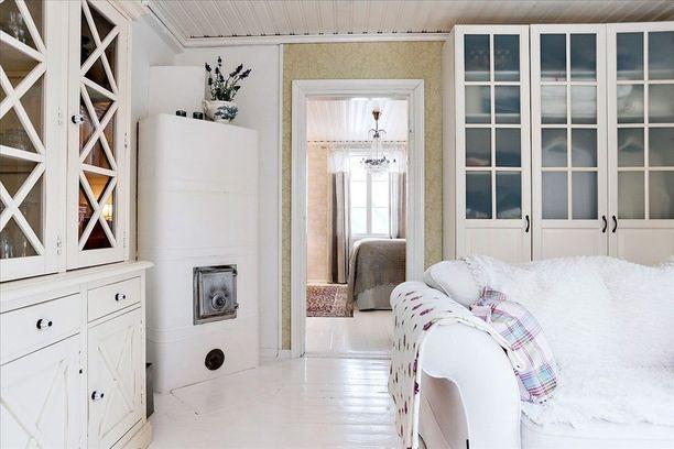 Suomalaiset suosivat edelleen valkoista. Vaaleudesta huolimatta tämä maalaisromanttinen sisustus on lämmin ja kutsuva.