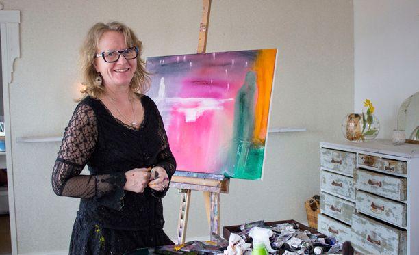 Kaija Juurikkala esitteli taidettaan Nelosen Ylpeästi erilaiset -ohjelmassa tänä syksynä.