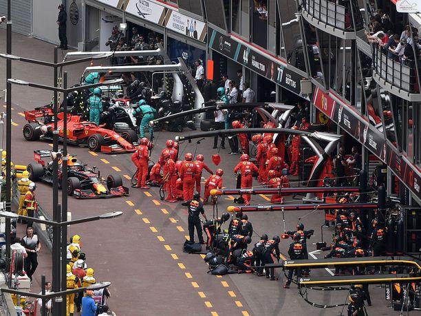 Bottas on jo omassa ruudussaan, kun Vettel ja Verstappen vasta lähestyvät omiaan.