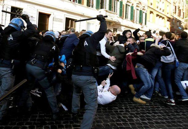 Italian poliisi otti yhteen huligaanien kanssa Espanjalaisten portaiden edustalla ennen ottelua.