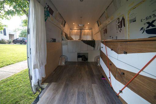 Pakettiautossa on kaikki, mitä Eileah Ohning kokee tarvitsevansa. Seiniin on lisätty eristeitä ja lattia on uusittu. Tulevat muutokset tulevat maksamaan vielä muutama tuhat dollaria lisää, Daily Mail kertoo.