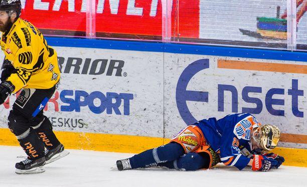 Sami Mutanen taklasi Henrik Haapalaa ja lensi suihkuun.