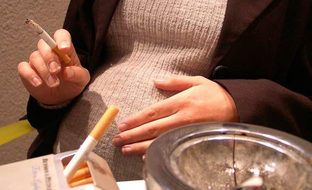 Jotkut äidit ovat aloittaneet tupakoinnin vain raskauden ja synnytyspelon takia.
