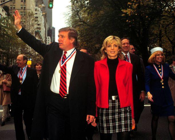 Donald Trump jätti Ivanan Marla Maplesin vuoksi. Kuva on vuodelta 1995.