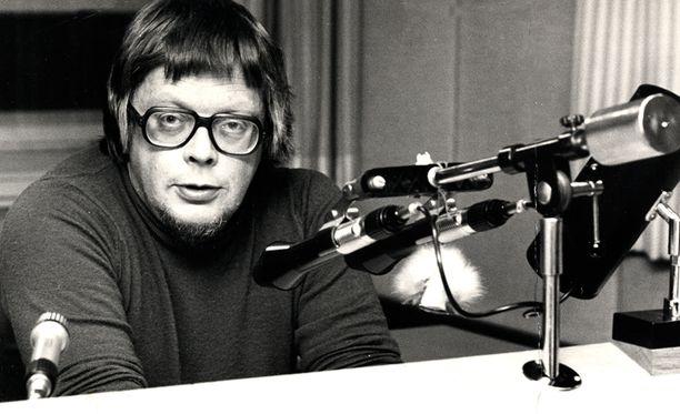 Yleisradion pääkuuluttaja Pentti Fagerholm työnsä äärellä vuoden 1975 joulukuussa.
