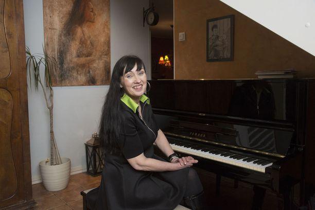 Saija Varjuksen rakkain esine on isältä saatu piano. Miehet vaihtuvat, mutta sama piano pysyy.