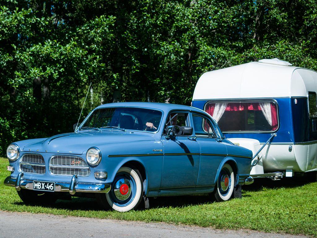 Kaksiovista harvinaisempi neliovinen vuonna 1961 käyttöönotettu Volvo Amazon eli niin sanottu P120-sarjalainen perässään yhtä muodokkaan tyylikäs matkailuvaunu.