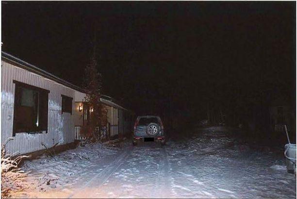 Talon edustalle oli pysäköity miehen auto.