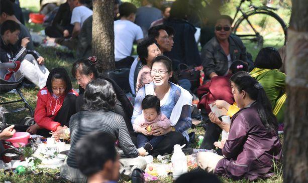 Paikalliset toukokuisella piknikillä Pjongjangissa. Pitkästen mukaan pohjoiskorealaiset ovat miellyttäviä ihmisiä.