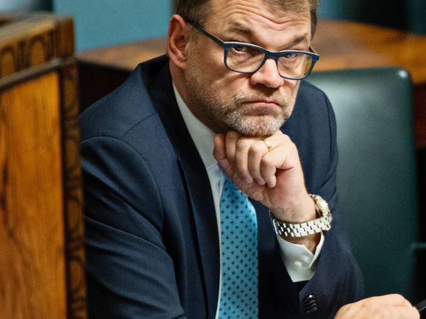 Mietteliäs pääministeri Juha Sipilä (kesk) eduskunnan ministeriaitiossa viime lokakuussa.