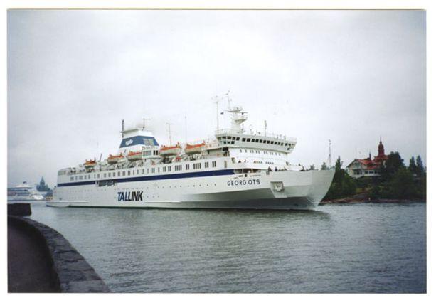 Legendaarisella Georg Ots -laivalla taitettiin moni viinanhuuruinen matka. Kuva vuodelta 1993.