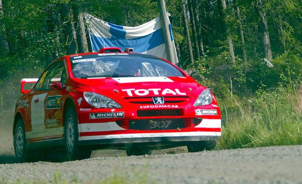 Sebastian Lindholm ajoi Jyväskylän MM-rallissa kaikkiaan 23 kertaa. Kuvassa Basti antaa kyytiä Peugot 307:lle vuonna 2004.