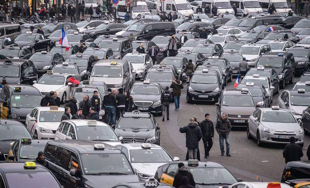 Yli tuhat taksikuskia osoitti Pariisissa mieltään työelämän uudistuksia sekä kuskipalvelu Uberia vastaan tiistaina.