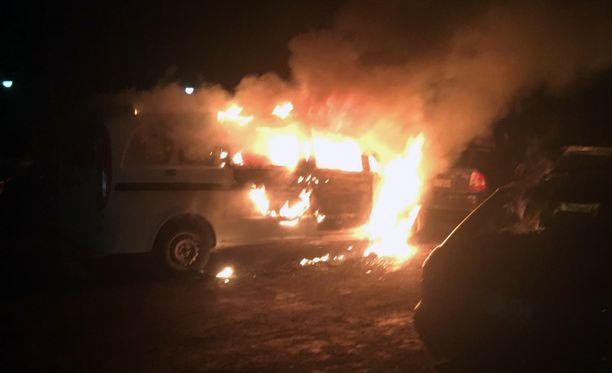 Autopalo tapahtui yöllä ennen kello neljää.