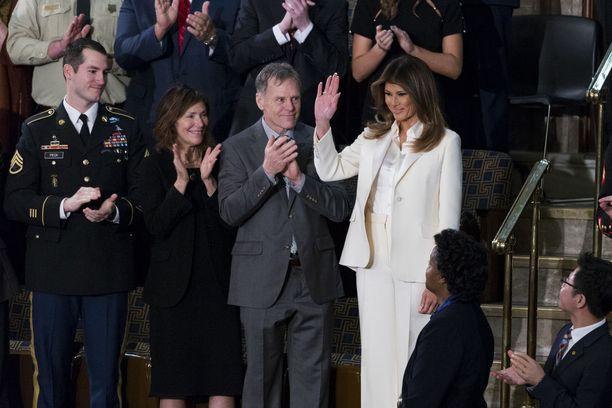 Melania Trump vilkutti yleisölle saapuessaan kongressisaliin ja sai raikuvat aplodit.