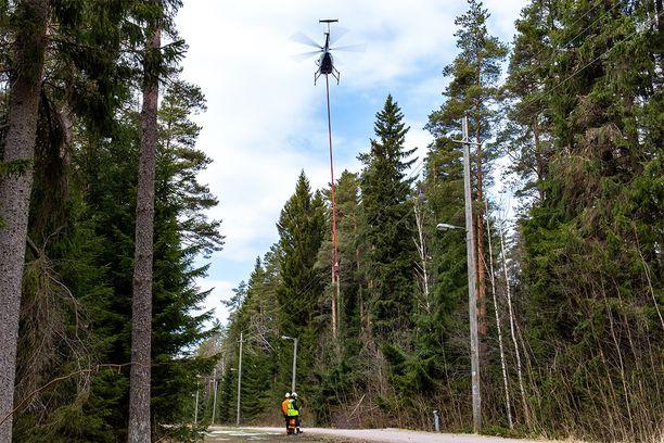 Sahalla varustettu helikopteri liikkuu lähiviikkoina Espoossa ja Kirkkonummella.
