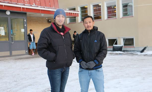 Kovalla pakkasella vastaanottokeskuksen asukkaat käyvät ulkona vain muutaman minuutin kerrallaan. Keho ei ole tottunut vielä kylmyyteen, arvelevat Nusair Alfashtaki ja Mustafa Ahmadi.