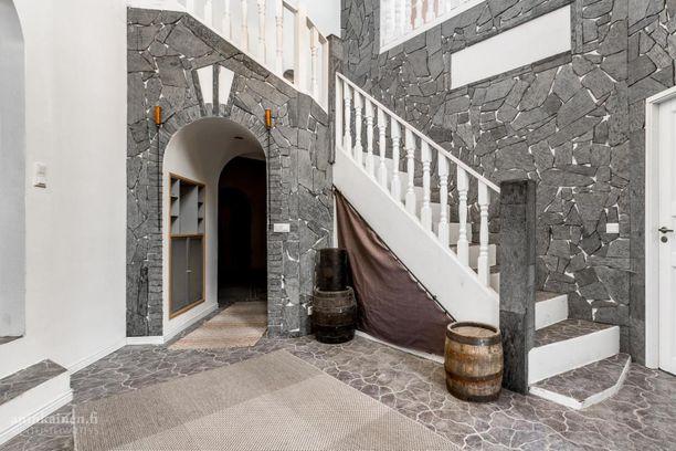 Orimattilan talossa on kauniita yksityiskohtia, kuten kaariovi ja viehättävät portaat.