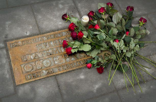 Palmen murhapaikalle laitetulle muistolaatalla tuodaan edelleen kukkia.