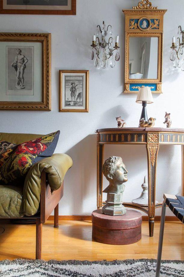 Munkkiniemeen rakennettiin vuonna 1952 kolme kivistä asuintaloa. Sadan neliön asunnossa on nykyään uutta ja vanhaa kauniisti rinnakkain. Vihreä sohva on Yrjö Kukkapuron suunnittelema.