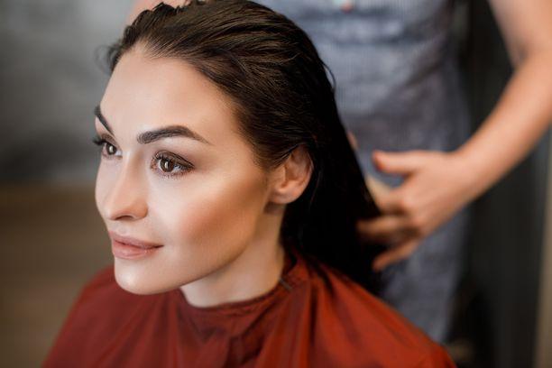 Osaava kampaaja saa kasvot näyttämään upeilta. Esimerkiksi silmiä voi korostaa hiustyylin avulla.